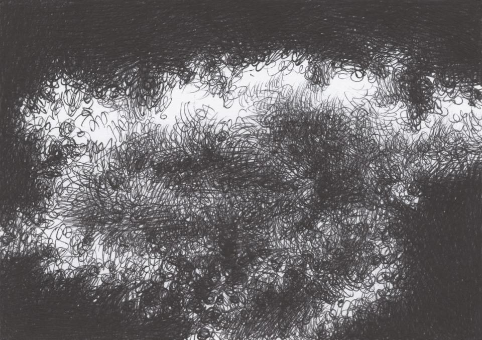 Una nuvola in bianco e nero controluce, disegnata con la penna biro